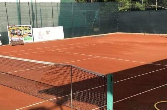 Tennis spielen auf Sand